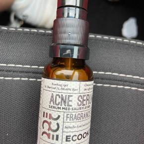 Helt nye🔝🌸💝🛍🛍🛍 Ecooking Acne Serum er specielt udviklet til at modvirke urenheder og bumser. Den indeholder blandt andet salicylsyre, som er med til at hæmme bakterievæksten, hvilket betyder at urenhederne ikke vil sprede sig ved berøring, og det er derfor perfekt at bruge som et spotprodukt. Serummet er desuden godt at bruge til at minimere porerne. Ecooking Acne Serum er især god at bruge ved en meget fedtet acne.  Fordele:  Serum Modvirker urenheder og bumser Hæmmer bakterievæksten God som spotprodukt God til en fedtet acne Parfumefri Anvendelse:  Bruges på afrenset hud Påfør et par dråber med fingerspidserne Kan også bruges som spotprodukt Afslut med dag/natcreme Ingrediensliste:  Aqua, Propanediol, Glycerin, Sodium PCA, Sodium Salicylate, Zinc PCA, Caprylyl Glycol, Pseudoalteromonas Ferment Extract, Hydolyzed Wheat Protein, Hydrolyzed Soy Protein, Tripeptide-10 Citrulline, Tripeptide-1, Lecithin, Butylene Glycol, Xanthan Gum, Carbomer, Triethan- olamine, Phenoxyethanol, Sodium Levulinate, Potassium Sorbate, Citric Acid