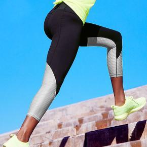 """Knockout Capri fra Victoria's Secret VSX Sport  Indvendig benlængde er 54 cm Langs den øverste kant er de 2 x33 cm. Materiale: 76% polyamid 24% lycra elastin  Medium rise with second-skin fit and lined, reinforced gusset Smooth seams reengineered with softer thread for total comfort Waistband with mesh lining slims & stays in place throughout workout Hidden drawstring waist; large waistband pocket 21½"""" inseam Nylon performance fabric with 4-way stretch Body-Wick keeps you cool & dry Machine wash. Tumble dry  Aldrig brugt, stadigvæk indpakket og med tags.  Fast pris. Bytter ikke.  Kan afhentes på Islands Brygge. Jeg sender gerne på køberens regning."""