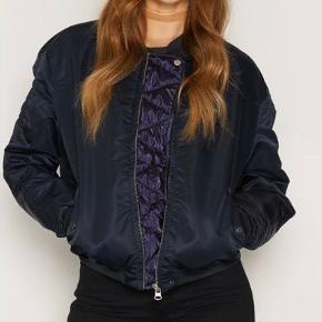 Sælger denne fine bomber jakke fra Maison Scotch. Fejler intet 🌸   Mp 400 kr.