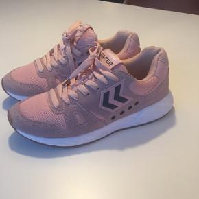 Lyserøde sneakers fra Hummel, brugt x2 indendørs men må erkende de er for små. Der står str 38 i - passer en lille str 38 el en 37,5