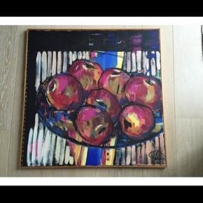 Rigtig fint maleri fra 1996. Købt af kunstneren Lise Carlsen i Århus. motivet  er en kurv med æbler og det har mange glade farver og matguld. Der er en enkelt kant på i træ og med denne måler billedet 82 x 82.  Byd.Det kan hentes i Jyllinge eller Farum
