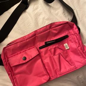 Tasken er brugt, men der er ingen tydelige tegn på slid. :) BYD gerne