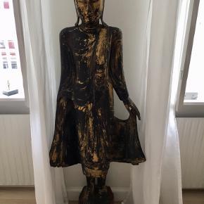 Super flot gulv Buddha i massiv træ med guld. Flotte detaljer og udtryk. Meget dekorativ og smuk! Sælges grundet pladsmangel.  Skal afhentes i Kbh K og 2 mænd til at bære!