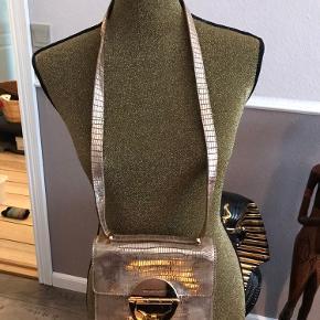Utrolig smuk taske, blød og smuk i struktur, brugsridser på hardware. Har købt den brugt men har ikk brugt den selv . Flot til specielle lejligheder.