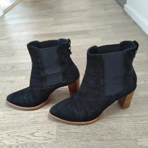 Støvler i ruskind fra Billi Bi.  De er en lille 39, og passer bedre en 38  Kom med et bud :) Kan sendes eller hentes i Nærum.