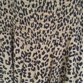 Lamg Leo nederdel med bredt elastik stykke i taljen srr S fra B Young, har skids i siderne, let materiale, er som ny brugt1 gang nypris 299 kr.  Pris 100 kr + porto