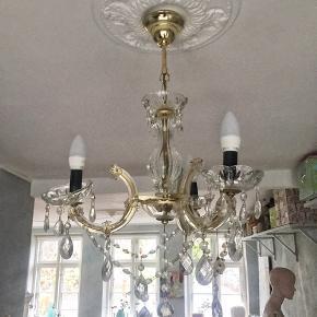 3-armen venetiansk lysekrone fra ca 1965. Jeg har kæde til den, så den kan hænge længere nede fra loftet;-) Se også mine mange andre sager. Jeg giver gerne mængderabat.  #lysekrone #venetiansklysekrone #lysekronesalg #trendsalesfund
