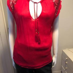 Varetype: Andet Farve: Pink Oprindelig købspris: 999 kr.  Rigtig fin bluse i chiffon og med palietter på skuldrene.
