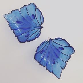 Små bladskåle på fødder i den flotteste blå! 🔷 75,- pr stk.  #glas #glaskunst #blåtglas #glasskål #glasfad #smykkeskål #slikskål #bladskål #bladfad #loppefund #loppeguld #loppemarked #genbrugsfund #genbrugsguld #sælges #tilsalg #sælgesaarhus #boligindretning #boligliv #boligmagasinet #loppedeluxe #indretning #retroglas #lopper #loppersælges #loppertilsalg #genbrugsguld #genbrugsguldtilsalg #genbrugsguldsælges #luksuslopper #loppesalg