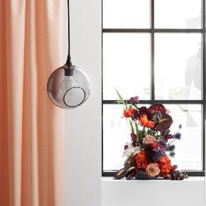 """Design by us lampe, modellen hedder """"ballroom"""" og farven er grå 🧡 Ny pris var 1.990 kr. Byd gerne 💡"""