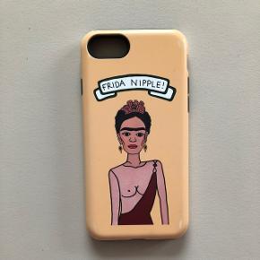 Tykt cover til iPhone 7 med Frida Kahlo (FRIDA NIPPLE) i gul. Brugt men stadig i god stand og beskytter iPhone rigtig godt. Nypris er 250 kr.