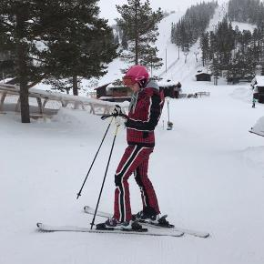 Sælger skisæt fra SOS Black SNOW. Brugt på 2 skiferier, så næsten som nyt.  Det er en størrelse 40, men det fitter en størrelse mindre, så svarer til str 38 Nypris er omkring for sættet var omkring 8.700kr, kom endelig med bud