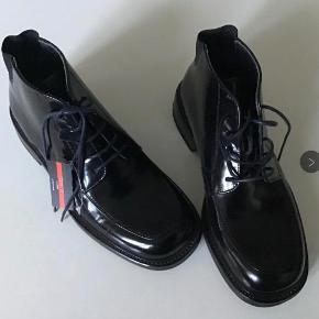 Nye flotte lak læderstøvler. Indvendig sållængde 25 cm.