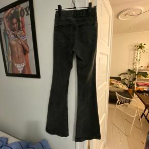 Trompet-jeans i mørkegrå! Str. 36, men liiiige til den stramme side. Har været rigtig glade for dem, men bruger dem ikke rigtig mere. Fejler intet ✨  Er åben for bud! ☀️