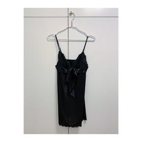 Fin natkjole med blonder. Kun vasket aldrig brugt. Nypris 399