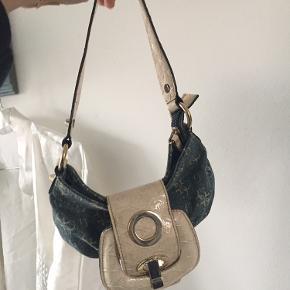 Super cute guess taske i denim, kan lige rumme de vigtigste gå-i-byen ting