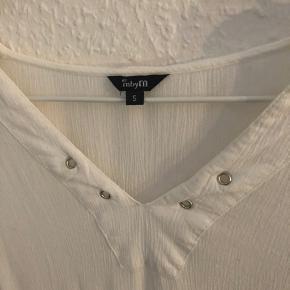 Bluse fra MbyM med betaler ved brystet. Skærer rigtig flot, hvilket måske kan fornemmes på billedet af ryggen. Ingen tegn på slid.