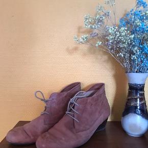 Sko fra Portugal - købt hos Giant Shoes i Søborg Brugt 5-6 gange og derfor i god stand, skal blot have lidt øje til læderet