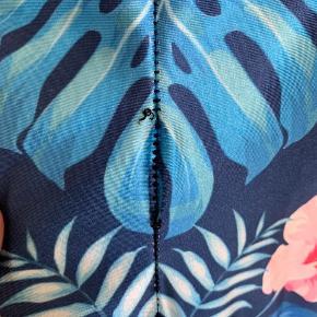 Lotus Leggings i str M med tropisk print 🌺 En enkelt af syningerne har set bedre dage, hvorfor de sælges billigt 😎  Ps Jeg bytter gerne, hvis du har noget spændende 🕵🏻♀️