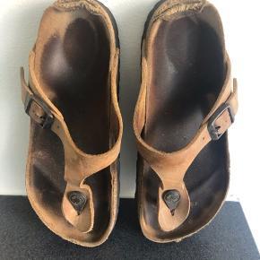Jeg sælger disse birkenstock i str.36. De er slidte, men sælges hvis nogen skal have nogle ok sko til arbejde eller lignende.