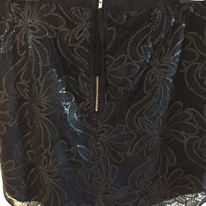 Smuk broderet nederdel med lynlås bagpå. Længde: 48 cm
