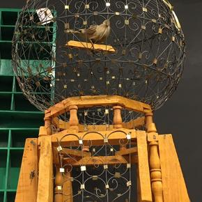 Håndlavet kunst Fuglebur til pynt. Højden er 60 cm. Kuplen er ca 35 cm.  Afhentes på 8270 Højbjerg . Reserverer gerne når halvdelen af beløbet betales ved reservationen .