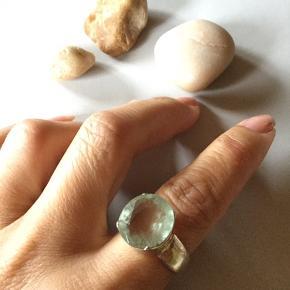 Ægte ring med flot ægte sten. Størresel 57.