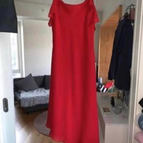Brugt 2 aftener i alt. Derudover er det en super fin kjole med off-shoulder detalje og cut detalje i bunden.