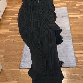 Lækker terner nederdel fra Coster Copenjagen. Nederdelen går til lige under knæet og har det flotteste look med flæser. Der er lynlås i siden. Kun prøvet på. Sælges da nederdelen desværre er for stor til mig.