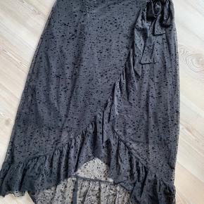 Fin sort nederdel i str M 🍁 Kan afhentes på Amager eller sendes med DAO på købers regning.