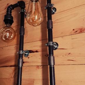 Rør lampe  1 STK 599,- 2 stk 999,-  pære medfølger  Ca 180 cm sort stof ledning.  pære: PHILIPS vintage led 250 lumen. (Normalpris 224,95,-) behageligt blødt lys.  Længde H = 55 cm.  Forsendelse er inkluderet i prisen. (Pakkeshop til pakkeshop)