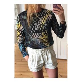 Fineste bluse i lækker tynd kvalitet. Lille tråd gået, ses næsten ikke. Se billede  Se også mine andre annoncer eller følg mig på Instagram @2nd_love_preowned_fashion