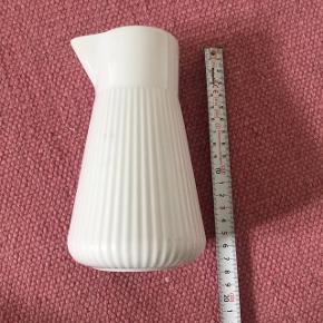 Fin hvid kande  Højde 17 cm