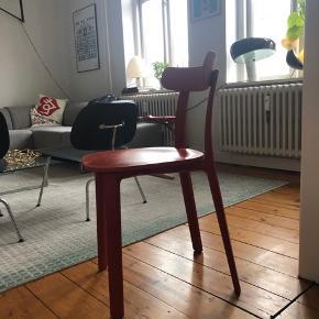 Vitra: Designet af Jasper Morrison.  Ved første øjekast minder All Plastic Chair om de simple, klassiske træstole, der har været velkendt i Europa i mange årtier. Gennem brug af nye materialer repræsenterer stolen et betydeligt fremskridt i både udseende og funktionalitet. Stellets flade former er støbt i et enkelt stykke, mens det tynde sædes overflade har en organisk form og ryglænet er mere fint formet end rygstøtter på andre konventionelle træstole.  All Plastic Chair er påfaldende kompakt og yndefuld, og kombinationen af plastkomponenter gør den overordenligt behagelig. Mens stellet består af en mere rigid stærk polypropylen, så tilpasses sædet og ryglænnet konturen af kroppen. Ryglænet er forbundet til stellet gennem akser polstret med gummi, der gør det muligt at bøje blidt og følge brugerens bevægelse og dermed styrke stolens komfort.  Takket være brugen af højtydende plast, der er resistent overfor både sollys og vand, er All Plastic Chair en robust og holdbar stol til indendørs- og udendørsbrug. Det er et fremragende valg til spisestuen samt caféer, restauranter og andre offentlige steder.