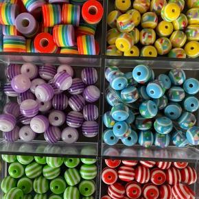 Perler til at lave armbånd og halskæder med. Der medfølger elastik bånd med.