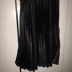 Smuk sort plisse nederdel som kan bruges til jule frokost / nytår.  Sidder smukt på! Fejler intet :-)   Kan sende hurtigt.  Jeg giver gerne mængde rabat hvis du er interesseret i andre ting på min shop :-)