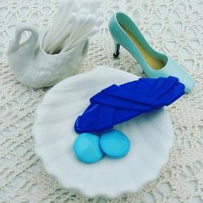 Pris på svane kr 12. Musling kr 20. Vintage stilet højhælet miniature sko kr 40. Retro øreclips kr 30