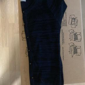 2 stk Samsøe Samsøe cardigans i str L.  I blomme lilla/rød og meleret blå/sort.  200kr for dem begge eller kom med et bud :)