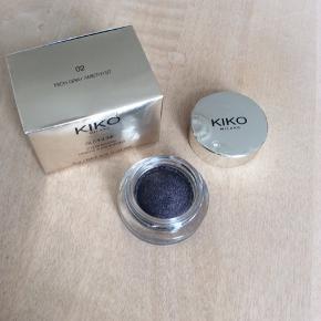 Suprême Eyeshadow fra Kiko Cosmetics Milano.  Farve: Rich grey Amethyst  Aldrig brugt.  Sender med DAO. Kan evt sendes for 20kr med PostNord. Kan evt afhentes i Kbh K ved forudbetaling