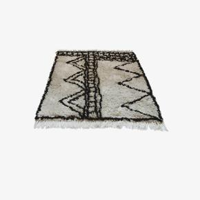 Rigtig flot gulvtæppe fra Snowdrops Copenhagen i hvid med sort mønster. Passer godt ind i det nordiske hjem.    Har været brugt i 14 dage, men målene passer desværre ikke ind hjemme hos mig.