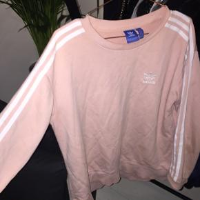 Fed Adidas trøje i str 34 men oversize, så fitter en str M bedre. Der er en plet (se billede 3) som ikke er gået af i vask, men kan sikkert renses væk. Ikke noget man lægger mærke til. Fin stand. Prisen er fast og uden fragt