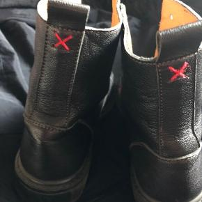 De fedeste lækre støvler i ægte læder.... Desværre fik jeg købt dem for små, derfor har de aldrig været ude..... Mangler dog skosnørre...😀 😀  Nypris kr 1900.-