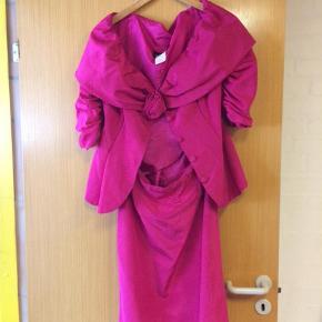 Varetype: Midi Farve: Pink  Vintage sæt, jakke og nederdel.