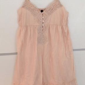 Sød kjole i romantisk boheme / boho stil med hæklet detalje på brystet. Der er inder-kjole i.