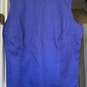 Flot figur syet uden ærmer. Sidder lidt fast og tæt.  Bomuld med elastan. Bryst 2x63 cm Talje ca 2x 57 cm