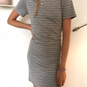 Sød kjole fra BY HOUNd i str. S, tænker det er nogenlunde 12-13 år.   Np kan ikke huske.   BYD!!!