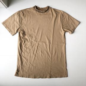 Cool t-shirt fra Acne Studios i brun. Ingen pletter eller huller.