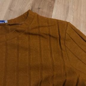 Fine t-shirt i lækkert blødt karrygult stof. Størrelsen svare til M/L.
