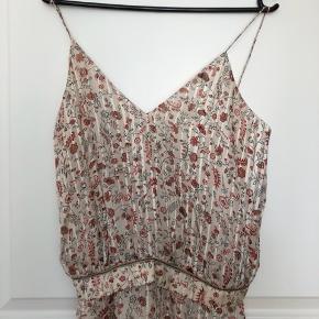 Super smuk kjole fra Heartmade. Brugt en enkelt gang, og fremstår derfor som ny. Kjolen er IKKE lagt op, så kan derfor stadig nå at blive tilpasset til en ny højde, da den er meget lang. Bytter ikke. Nypris 4000