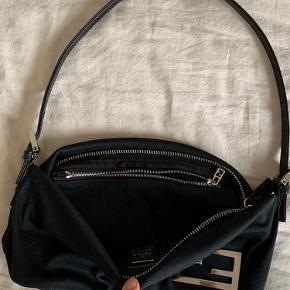 Fendi taske i sort neopren lignende materiale